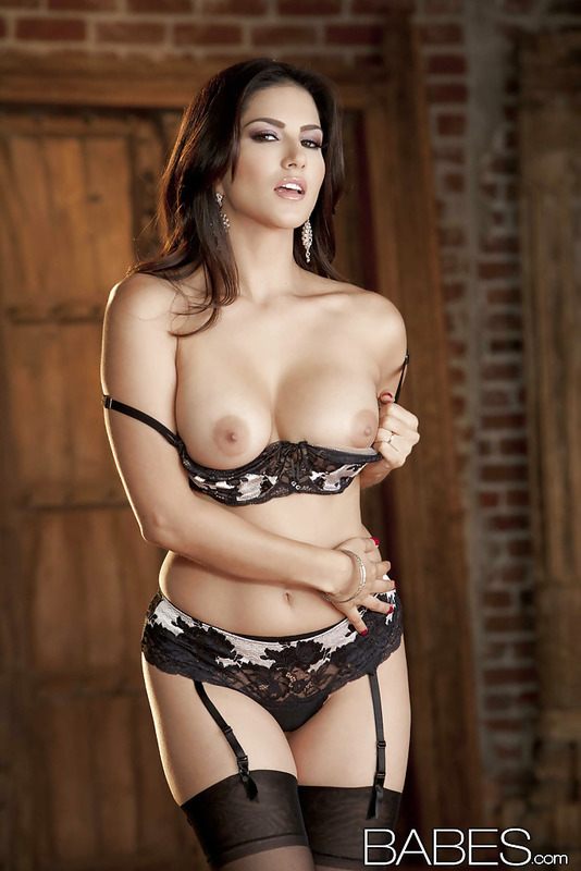 Sunny Leone Slipping Off Her Lingerie  01