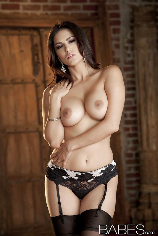 Sunny Leone Slipping Off Her Lingerie  05