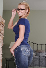 Jessie Rogers Uncovering Her Sexy Curves 01