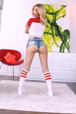 Bibi Noel Shows Her Sexy Round Ass 01