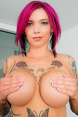 Anna Bell Peaks Masturbates Her Bald Pussy