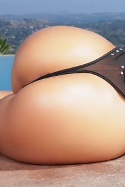 Curvy Blonde Luna Star Strips On The Poolside